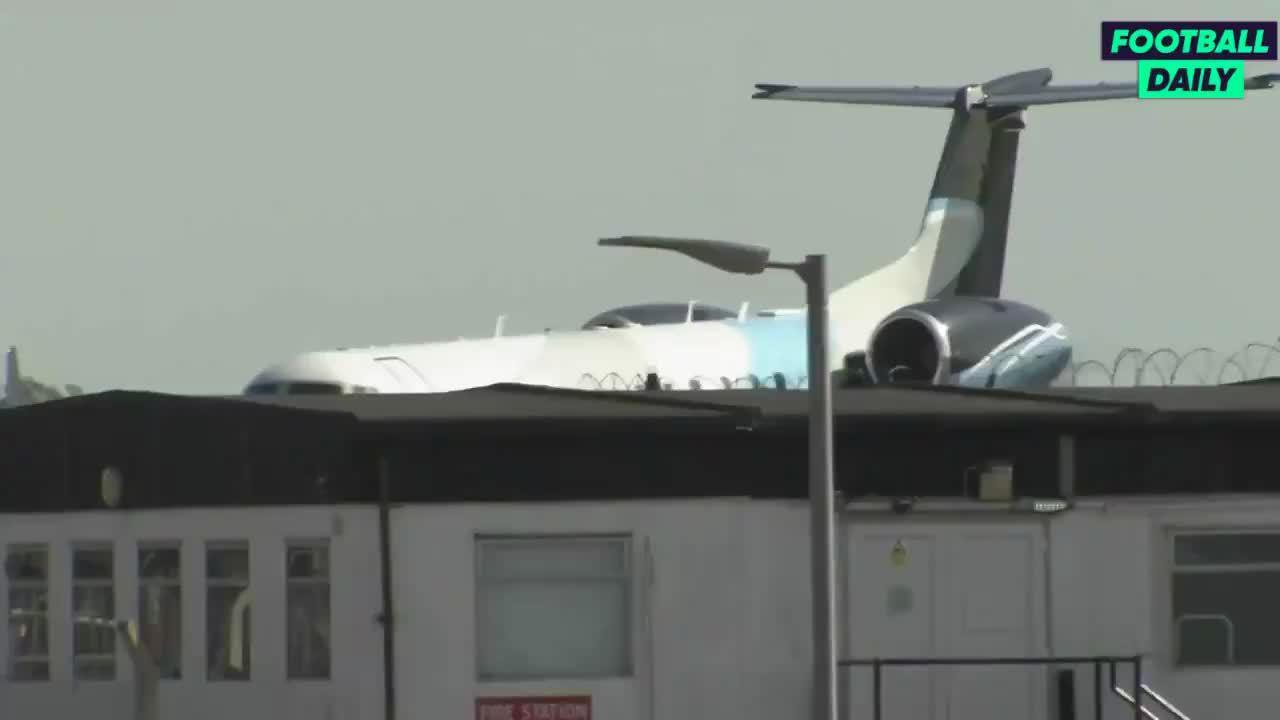 天空体育,搭载贝尔&雷吉隆的热刺私人飞机落地特写