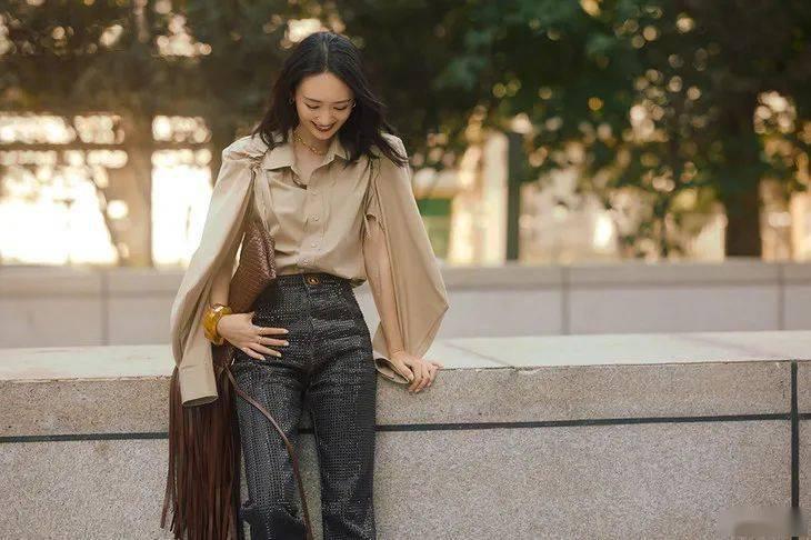 童瑶的秋日穿搭,甜度刚好的砂岩褐