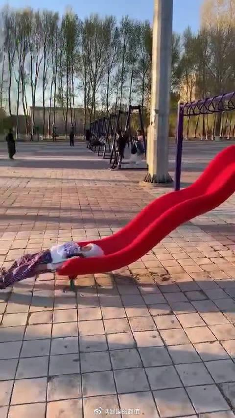 滑滑梯的正确姿势 哈哈哈哈真的很想玩了!!
