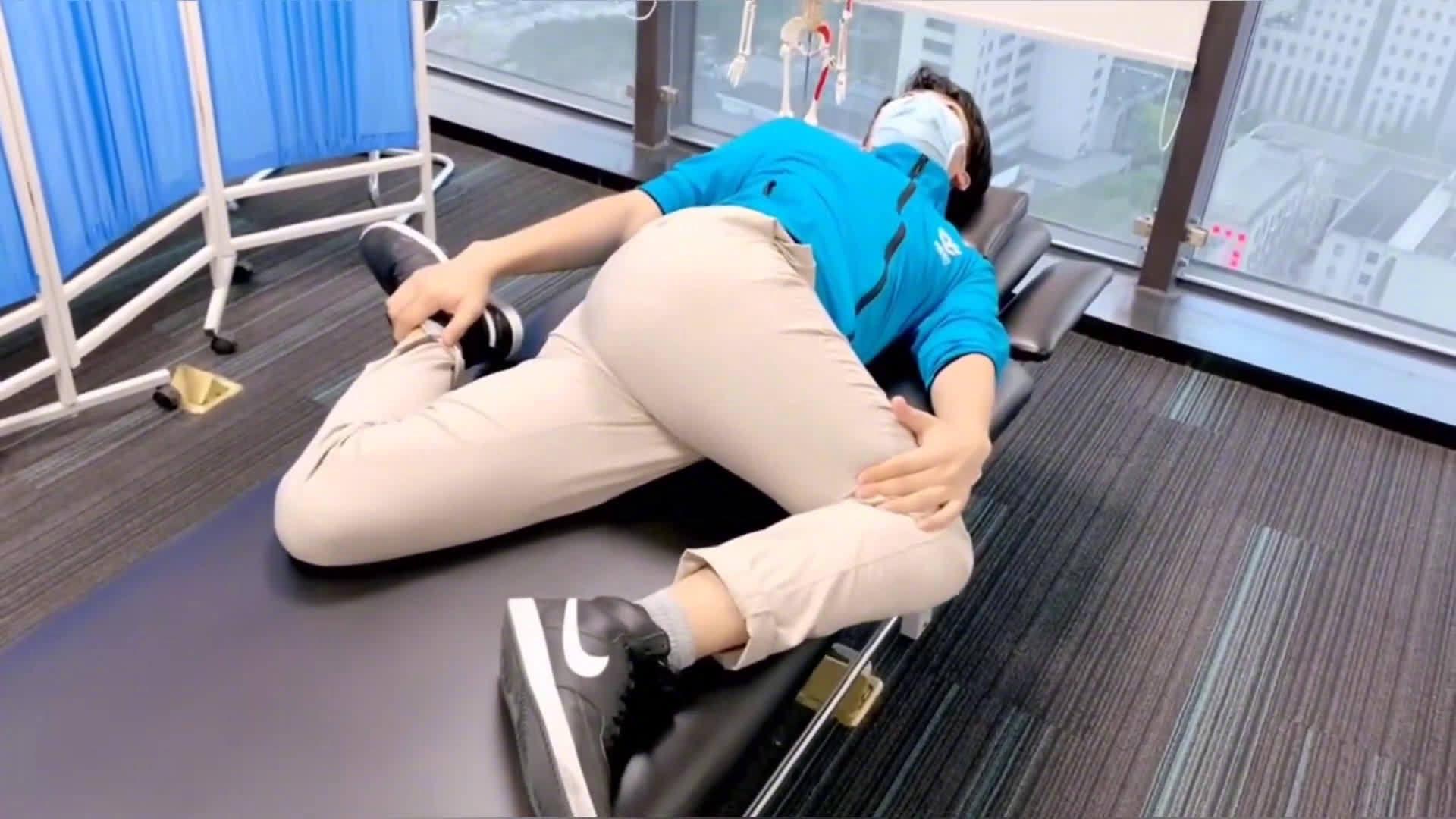 缓解腰酸背痛的三个动作,适合久坐的上班族,马住!!!