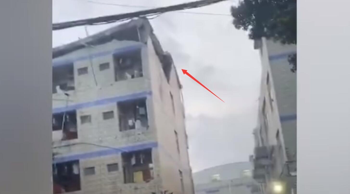 广州一宿舍楼顶发生坍塌 工作人员:危险尚未解除