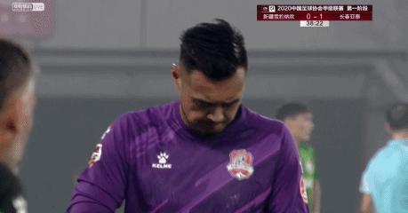 中国足球再现误判!明显禁区外犯规却判了点球,前中超冠军获利