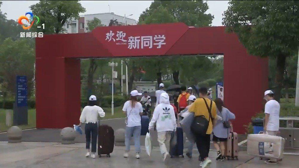 武汉商学院2430名本科新生报到