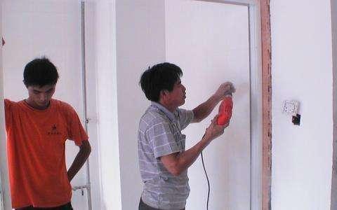 一旦木工给你这样装木门,立马让他拆了重装,否则入住后就知坑