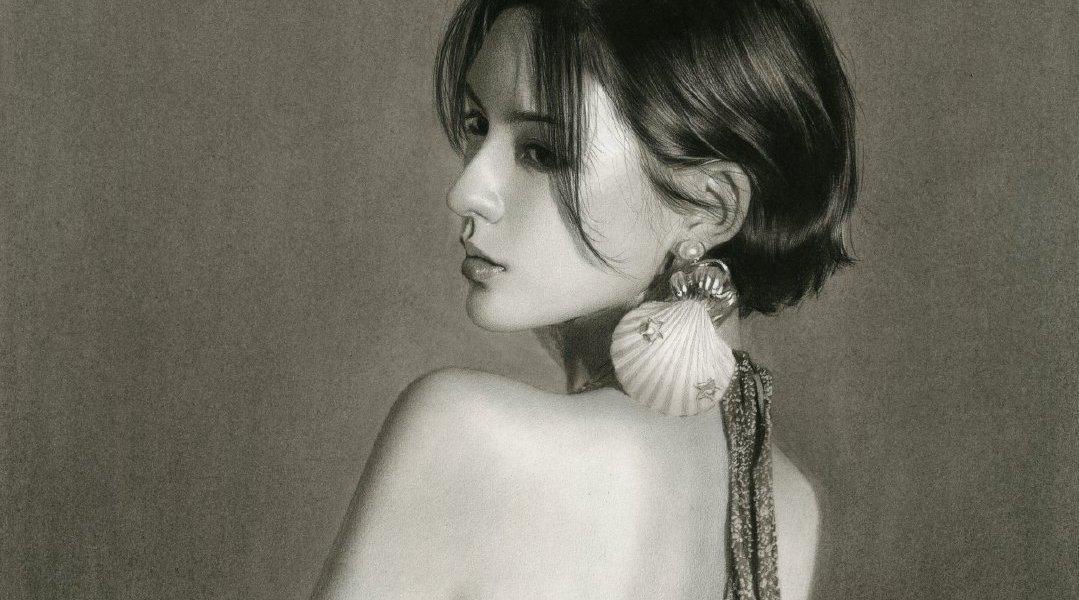 优秀学员写实素描半身像——戴着贝壳耳环的时髦女郎