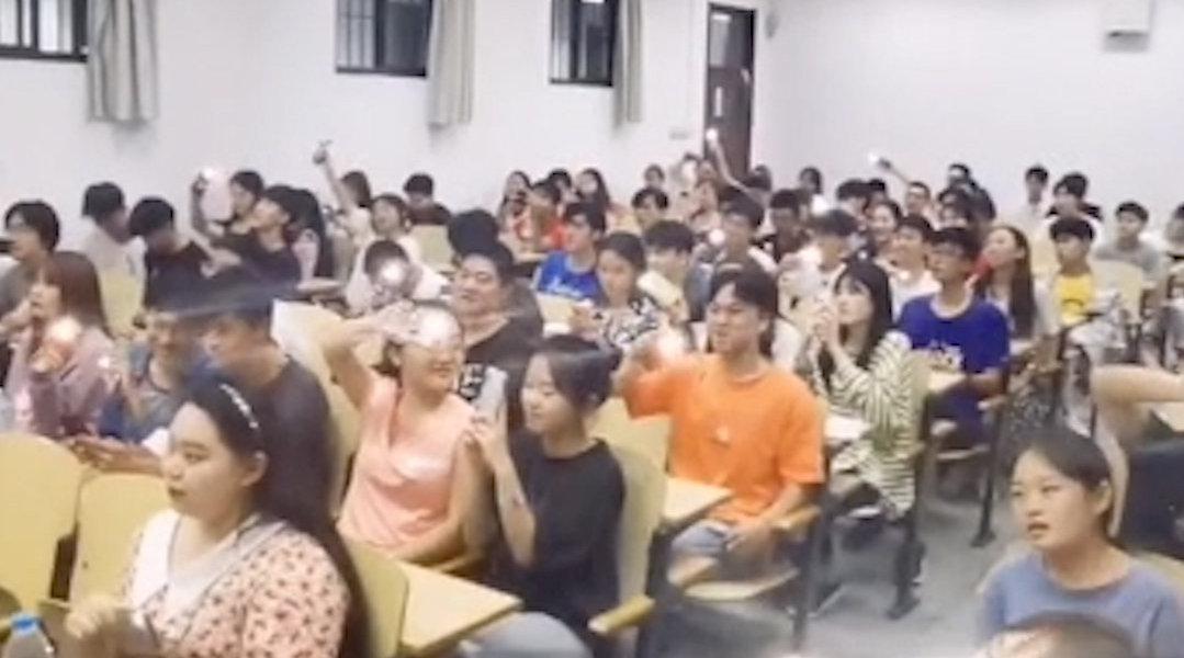 青岛大学课堂变演唱会场场爆满,老师:我上课从来不用点名