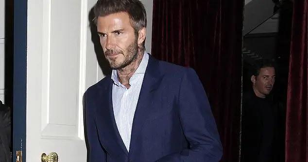 45岁贝克汉姆俱乐部参加派对,穿西装太帅气,比21岁长子清爽