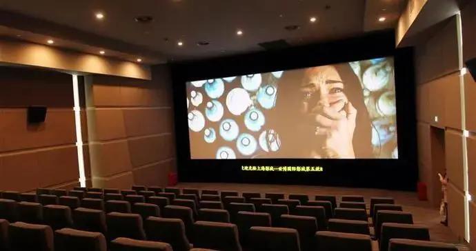 电影院拍了张照晒朋友圈,姑娘招来一片骂声,这动作你可能也做过
