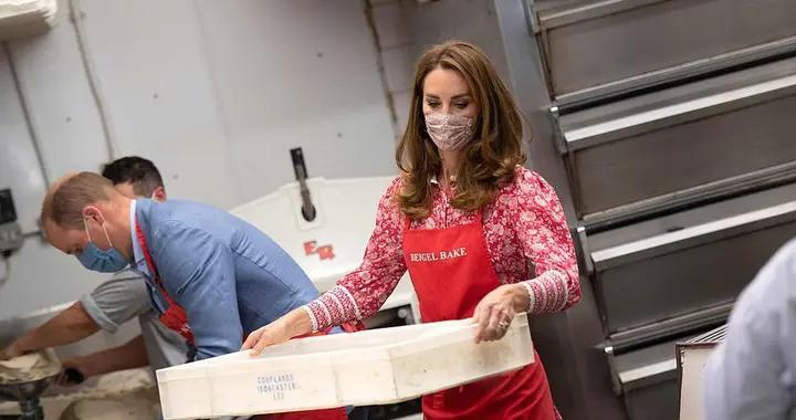 威廉王子夫妇面包房甜蜜互动 凯特王妃一袭红裙知性优雅