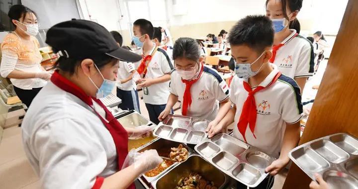 """""""红领巾桶前值守员""""天天称重剩饭,小学生午餐厨余垃圾减半"""