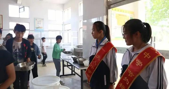 菏泽市郓城县大人中学:餐厅小小监督员 杜绝浪费好习惯