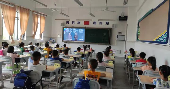班级自发刷屏打卡风:破坏孩子专注力不说,更助长了焦虑和攀比