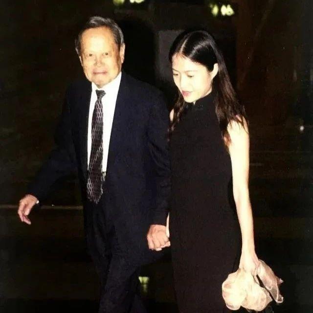 98岁杨振宁与44岁妻子近照曝光:翁帆,这16年,你到底经历了什么?