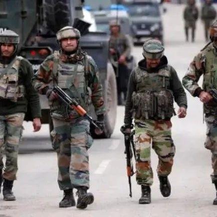 印度边境附近军营传出枪响 士兵举枪自尽倒在血泊中