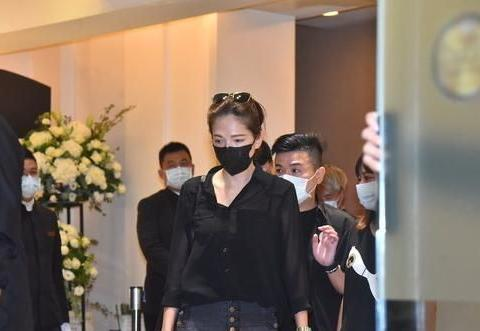 杨丞琳和许玮宁送挚友小鬼最后一程,待灵堂2.5小时后快步离开