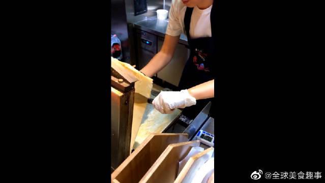 日本东京筑地市场网红烤虾饼,第一次见这种吃法……