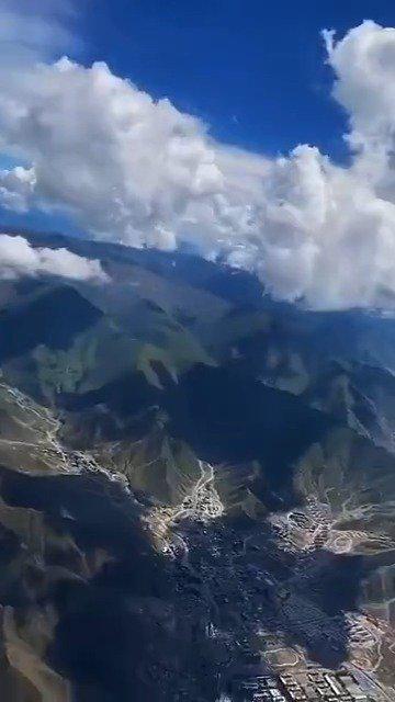 在飞往拉萨的飞机上拍摄到的天空……