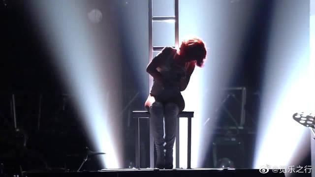 美翻了!布兰妮联手蕾哈娜超霸气舞台现场,分分钟燃爆!