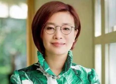 她是52岁的浙江女首富,当初不计前嫌嫁给二婚的周立波,如今怎样