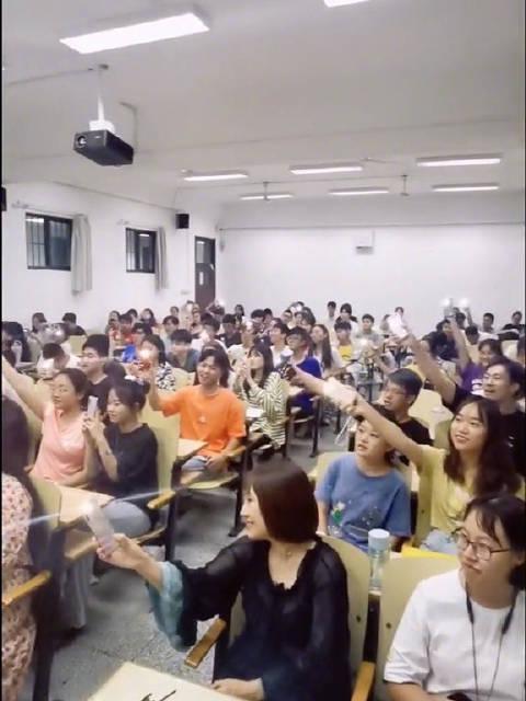 好听到耳朵怀孕!@青岛大学 选修课变演唱会现场……
