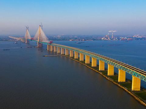 高325米石柱插入江底!中国又一长江大桥贯通,造价150亿长11公里