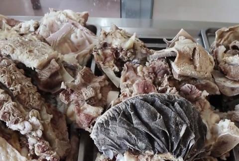 日照小镇上的牛肉汤店,锅贴1元1个酱大骨35元1斤,1天要卖1头牛
