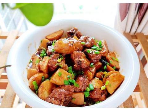 现在正在吃香芋的季节,用老铁锅做一锅香芋烧排骨,真是香