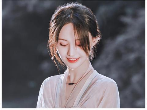 """郑爽出道11年,为啥总是不中分?看她掀起""""刘海""""时就知道了"""