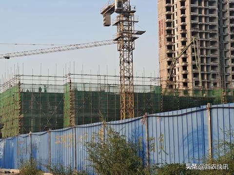 邢台新世纪广场附近的这处工地,施工期间多人没有戴安全帽!