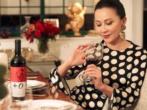 刘嘉玲晒出自己的豪宅,每件家具都有刺绣,喜欢过精致奢华的生活