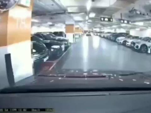 司机开保时捷一出车位车门就报废了