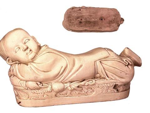 故宫珍藏宝物,定窑传世孤品孩儿枕,精美绝伦的瓷塑艺术品