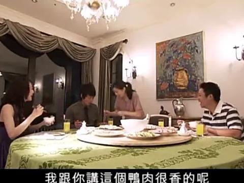 南风瑾在小麦家吃饭,没想到小麦妈热情的给他夹菜