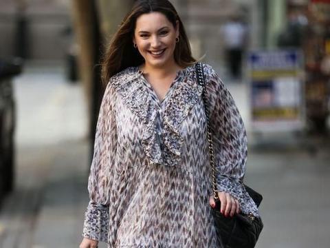 凯莉·布鲁克穿灰色大领连身纱裙轻松减龄,笑容甜美显亲和力