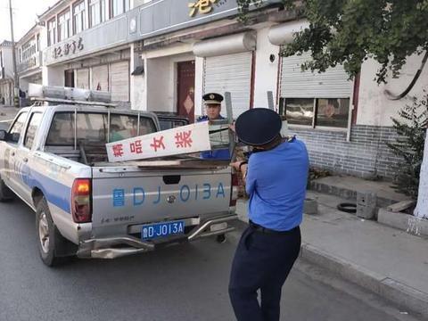 """薛城区综合行政执法大队新城中队整治落地广告牌提升城市""""颜值"""""""