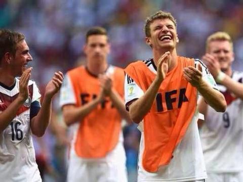 卫冕三冠王让沙尔克04变成08,首发8个德国球员,勒夫还不改悔吗