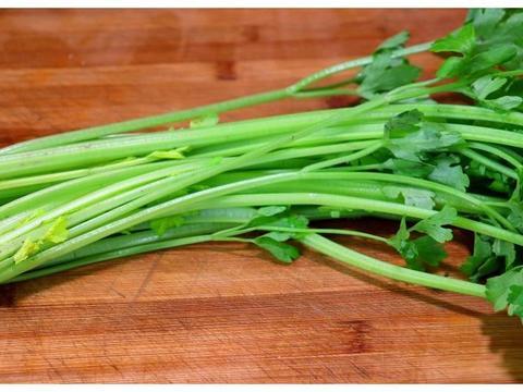 大厨教你芹菜炒香菇,越吃越上瘾,简单又清淡,家常美味