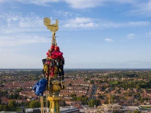 英国72岁老人携子为诺维奇大教堂塔尖安装风标,95米高空相拥