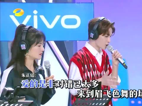 快本:吴宣仪身穿超短裙,现场唱歌严重走音,台下周震南听傻了