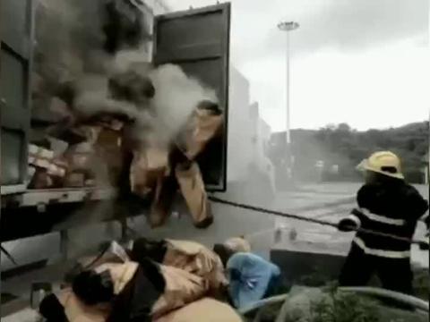 合肥运往长沙的快递车突然着火