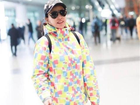 刘晓庆痴迷扮嫩,67岁穿亮色拼接羽绒服,考虑过00后的感受吗?