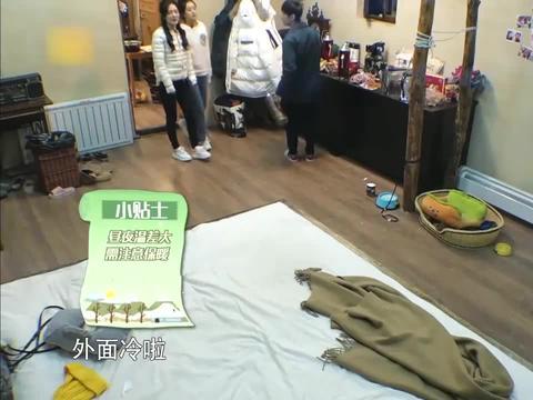 赵丽颖和谢娜炕上吃香蕉,竟使唤何炅端茶干活,果然是山寨大王