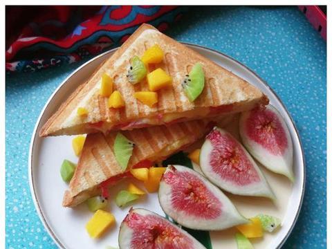 西红柿火腿鸡蛋芝士三明治,营养又快手的早餐