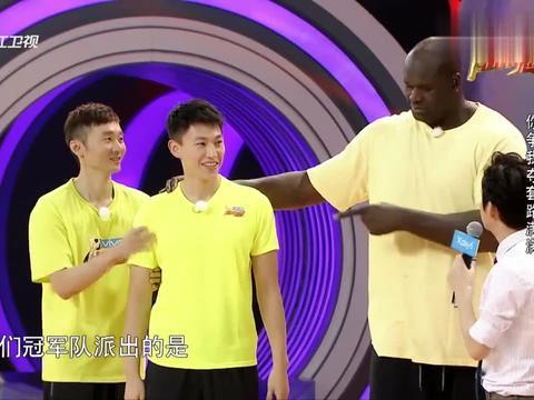 丁川刘晓宇抢篮筐势均力敌,连连命中一个篮筐,俩人能玩一年