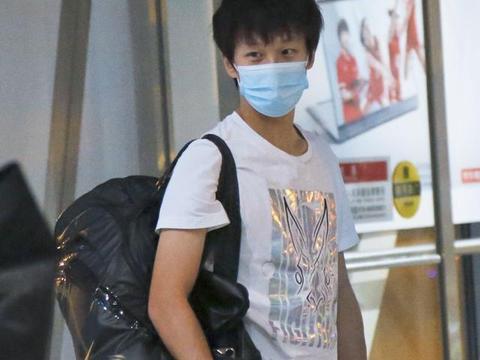 国乒世界冠军现身机场!25岁名将搭上末班车,输张本智和受到质疑
