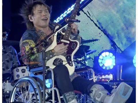这才叫明星!52岁伍佰左脚骨折韧带拉伤,轮椅演唱依然激情澎湃!