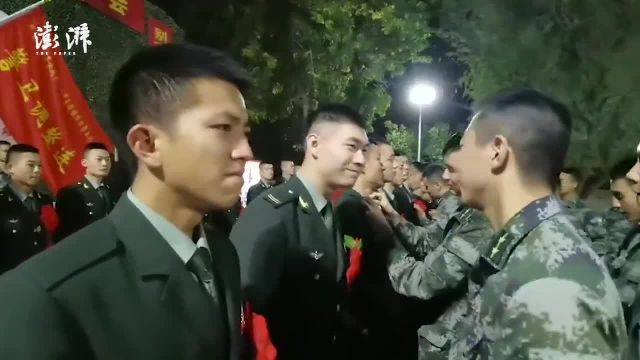 老兵退伍卸军衔时泪流满面:体验过军旅生活才会懂
