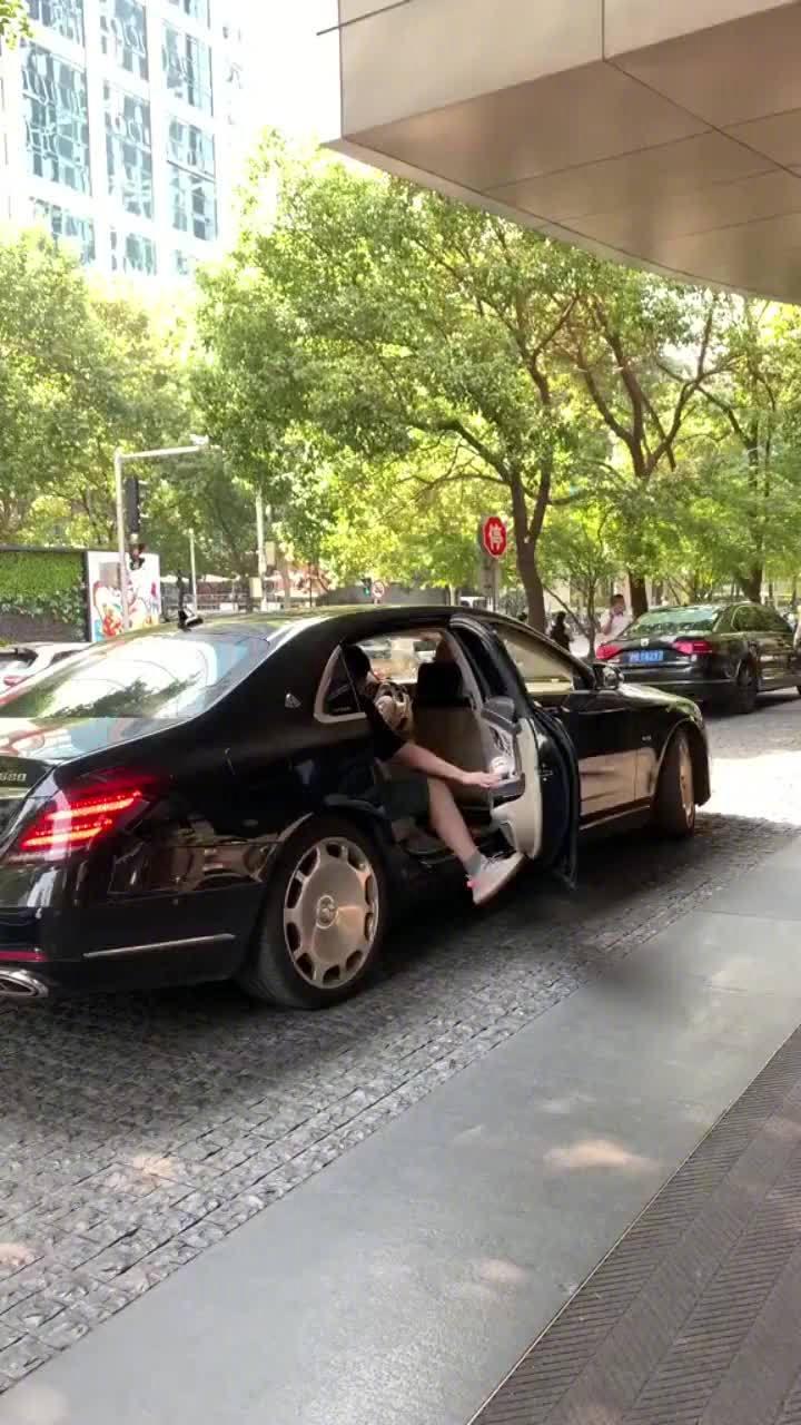 视频:奔驰S级和迈巴赫的区别,车主打开车门,懂车的人都明白了!