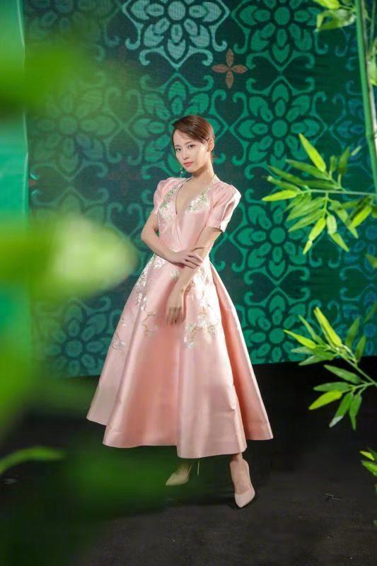 蒋雯丽的高级感真藏不住,穿刺绣小花连衣裙走红毯,超短发太惊艳