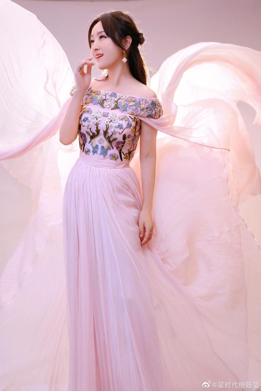 杨钰莹写真,身穿刺绣长裙,古典优雅,纯美动人